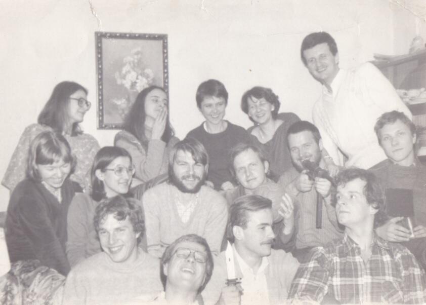 Tzw. młoda gwardia środowiska Ruchu Młodej Polski; w środkowym rzędzie (czwarty od lewej) Aleksander Hall; zima 1984/1985