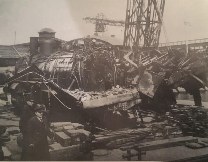 Lokomotywa po wydobyciu z dna Wisły