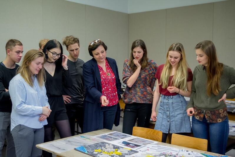 Dyskusja nad studenckimi pomysłami. W środku dr Gabriela Rembarz (w granatowej marynarce)