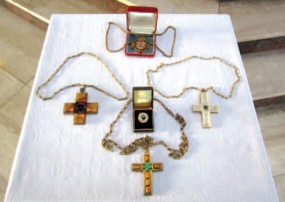 Przekazane krzyże pektoralne i pierścień biskupa Spletta