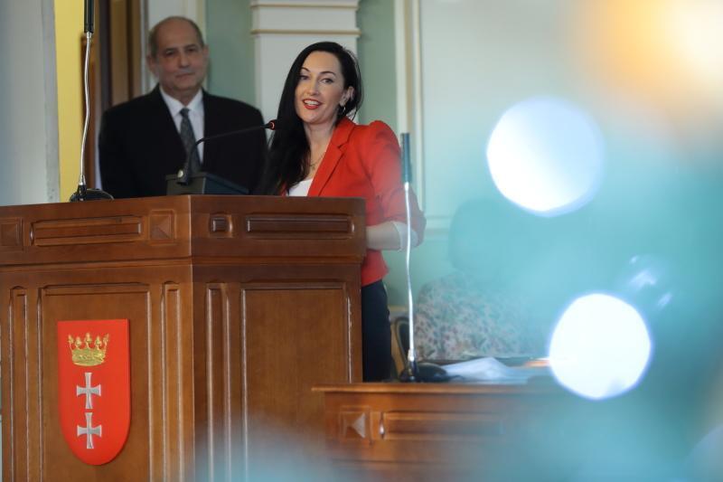 Yulia Shavlovskaya podczas sesji Rady Miasta Gdańska, w tle Majed Tinawi