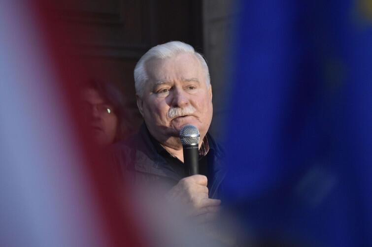 Lech Wałęsa przemawia przed gdańskim Sądem Rejonowym w czasie protestu przeciw ustawom PiS łamiącym zasadę trójpodziału władzy