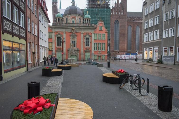 Siedziska z donicami można spotkać w sąsiedztwie Fontanny Czterech Kwartałów i Bazyliki Mariackiej