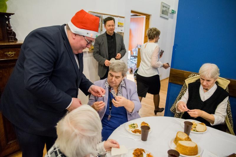 W gdańskim Domu Pomocy Społecznej opłatkiem z osobami starszymi dzielił się zastępca prezydenta Gdańska Piotr Kowalczuk