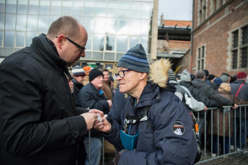 Prezydent Gdańska Paweł Adamowicz opłatkiem dzielił się przed Zbrojownią