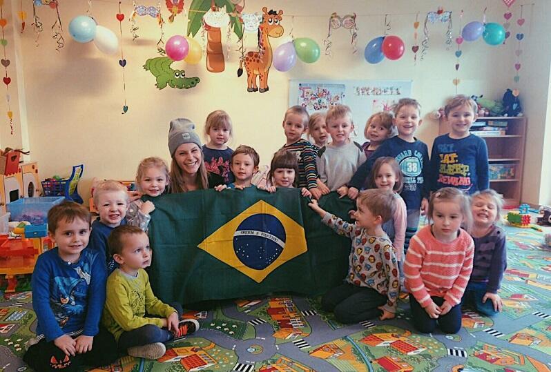 Wolontariuszka z Brazylii z dziećmi w gdańskim przedszkolu Preludium