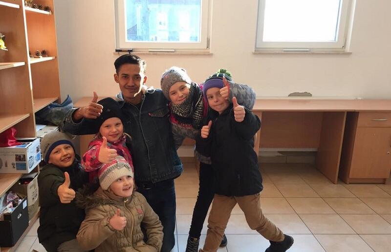 Zagraniczny gość bierze udział w codziennym życiu przedszkola, np. w obowiązkowych spacerach