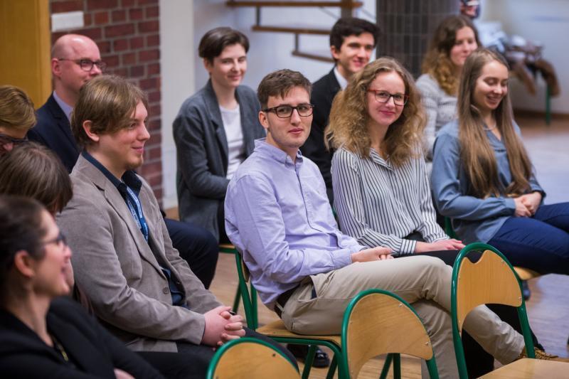 Gdański program stypendialny jest pierwszym tego typu w Polsce, przeznaczonym na finansowanie studiów zagranicznych. Aby je otrzymać, należy się wykazać m.in. wysokimi osiągnięciami naukowymi i działalnością społeczną. W piątek, 29 grudnia 2017 r. w Gdańsku spotkali się ci, którym się to udało