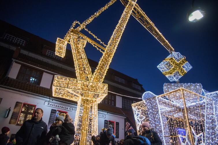 Stoczniowy dźwig z paczkami pełnymi prezentów na ul. Stągiewnej - rzuca świąteczny czar na dzieci i dorosłych