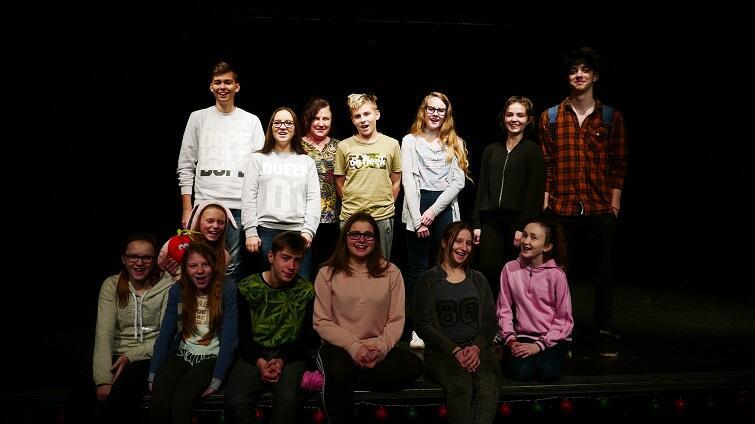 W spektaklu bierze udział grupa uczniów z klas: VII, II i III gimnazjalnych SP nr 16 im. W. Broniewskiego w Gdańsku