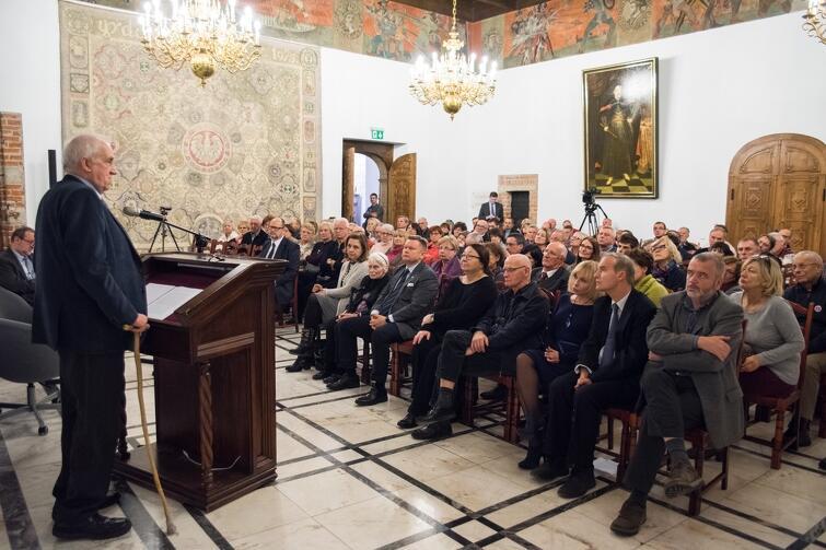 Spotkanie zgromadziło liczną publiczność, która kilkakrotnie nagrodziła prof. Friszke brawami