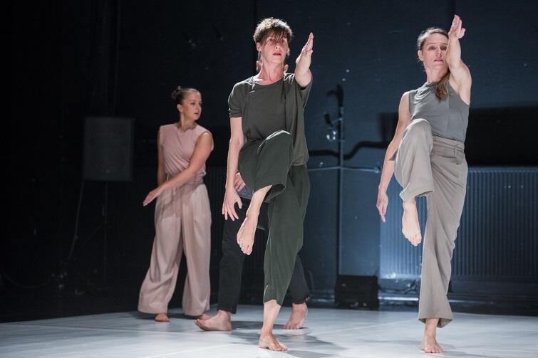 Nz. Katarzyna Chmielewska w spektaklu Teatru Dada von Bzdülöw 'Dzisiaj, Wszystko' [nz.: pierwsza z lewej na pierwszym planie]
