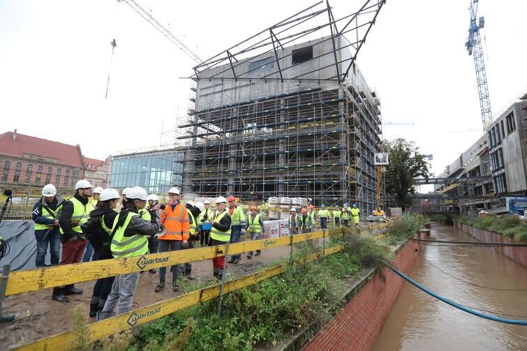 We wrześniu Miasto zaprosiło aktywistów miejskich i dziennikarzy na teren budowy Forum Gdańsk, by wytłumaczyć o co chodzi z przebudową fragmentu Kanału Raduni