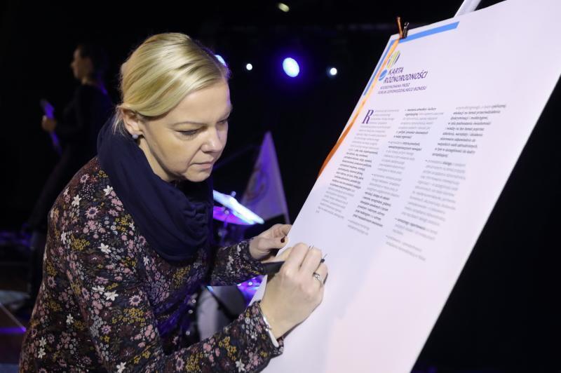 Dyrektor MOPR Małgorzata Niemkiewicz podpisuje Kartę Różnorodności