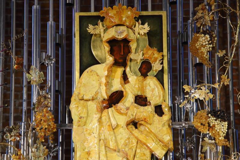 W centrum ołtarza znajduje się obraz Matki Boskiej – Opiekunki Ludzi Pracy.
