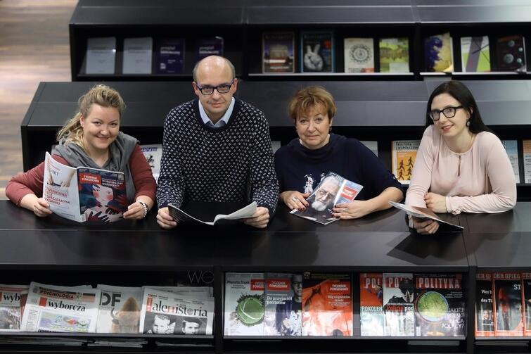 W bibliotece ECS - od prawej: Magdalena Bulińska, Jolanta Rokicka, Karol Jasek i Weronika Uziak