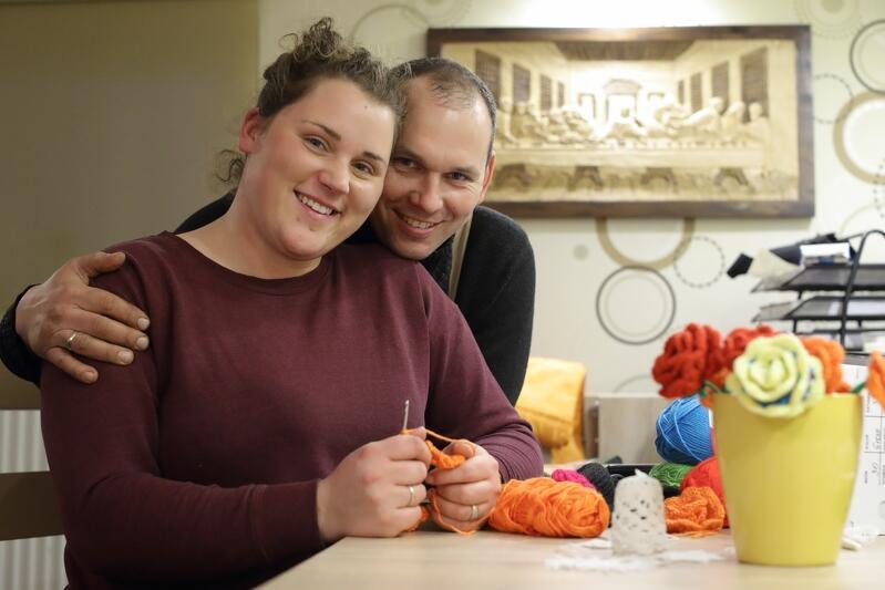 Sylwia i Paweł Mikołajczykowie w swoim domu. Sylwia w wolnych chwilach (np. czekając na załadunek ciągnika) robi na szydełku piękne róże