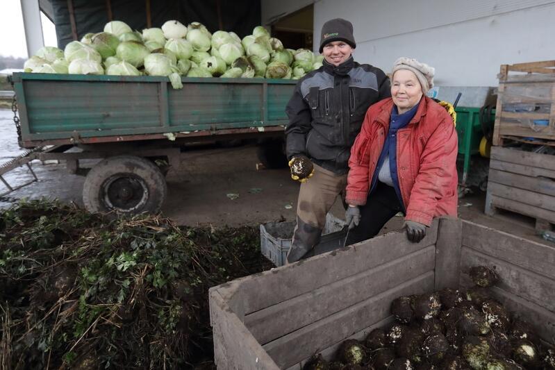 Paweł Mikołajczyk ze swoją mamą Ireną: - Ma 75 lat, a jeszcze jej w pracy nie dogonisz