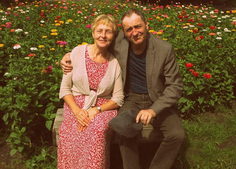Teresa i Mirosław Zielińscy pozują na tle swojego ogrodnictwa w pełni rozkwitu