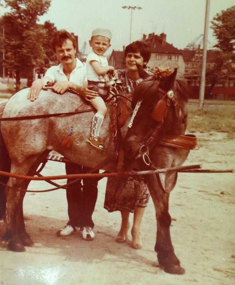 Lata osiemdziesiąte, podczas festynu na Placu Zebrań Ludowych, Andrzej Kalinowski z żoną Małgorzatą i starszym synem Piotrem