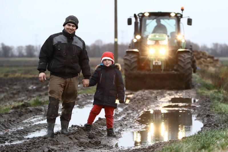 Paweł Mikołajczyk z synem Wiktorem na swoim oruńskim polu