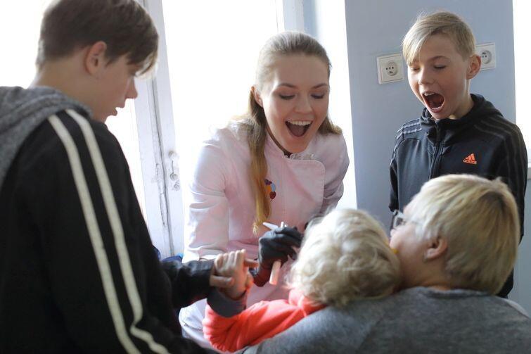 Stomatolog Joanna Perlińska robi dzieciom Dzieżyców przegląd zębów w Centrum Wsparcia Imigrantów i Imigrantek w Gdańsku