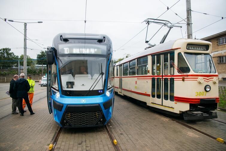 Miejski transport publiczny w Gdańsku dysponuje nowoczesnym taborem, którego pozazdrościć może niejedno miasto w kraju. Nz. historia i współczesność gdańskich tramwajów: zabytkowy Konstal i nowiutki Moderus Gamma