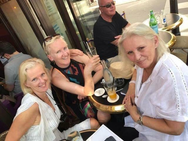 Uwielbia spotkania z siostrami, które na stałe mieszkają we Francji.