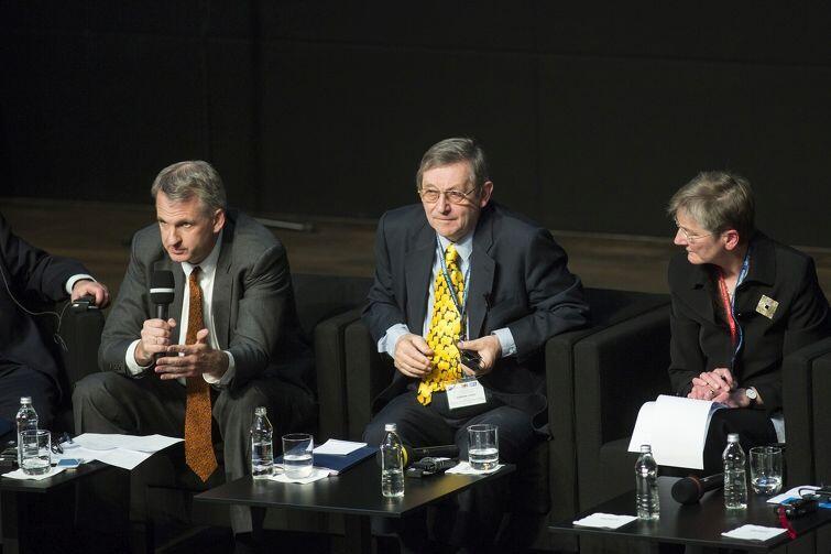 Timothy Snyder (z lewej) oraz Norman Davies (w środku) w Gdańsku na debacie w ECS w maju 2015 roku poświęconej dziedzictwu II wojny światowej. Po prawej dziennikarka Judy Dempsey