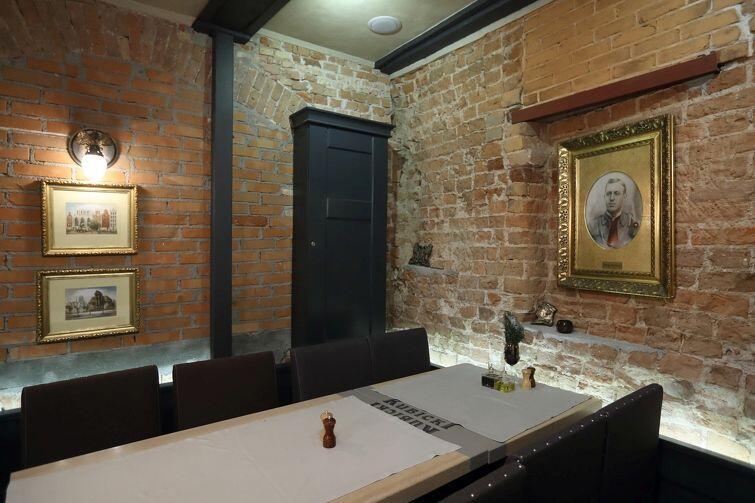 Niektóre ściany w restauracji są odkryte, bowiem to zabytki: cegła pochodzi nawet sprzed 700 lat