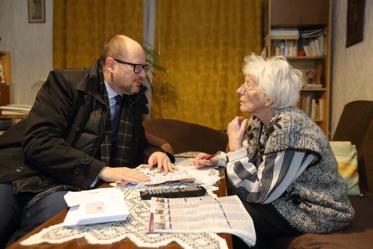 Pani Janina przy okazji odbioru decyzji podatkowych miała okazję zapytać o urzędowe sprawy Pawła Adamowicza prezydenta Gdańska