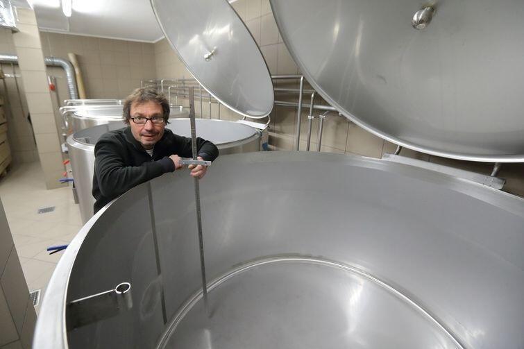 Johannes Herberg przy pustym tanku na piwo jopejskie w Browarze PG4