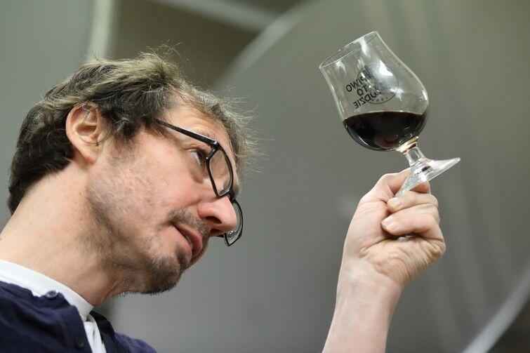 Johannes Herberg prezentuje kieliszek piwa jopejskiego z Gdańska