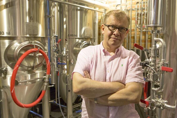 Cezary Zieliński, właściciel Browaru PG4, na tle tanków do piwa innego niż jopejskie. To tanki zamknięte. Robi się w nich m.in. piwo pils czy marcowe