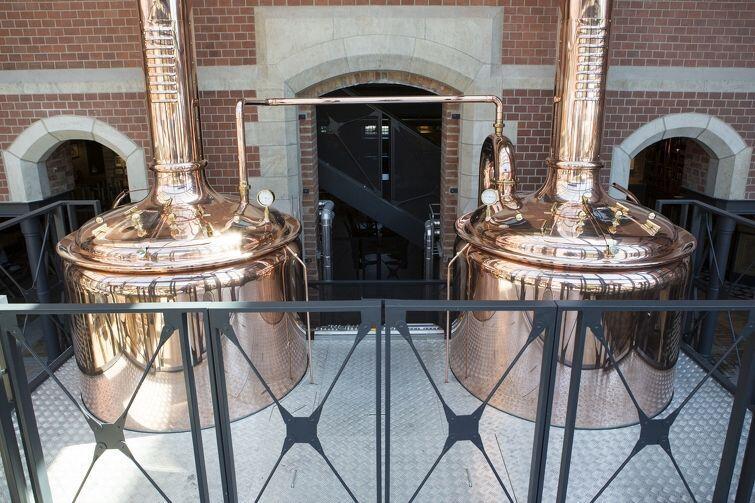 Miedziane kotły na piwo przy wejściu do Browaru PG4. W tym browarze cała produkcja piwa odbywa się na oczach gości, bo Johannes dba o czystość i nie musi niczego chować przed ludźmi