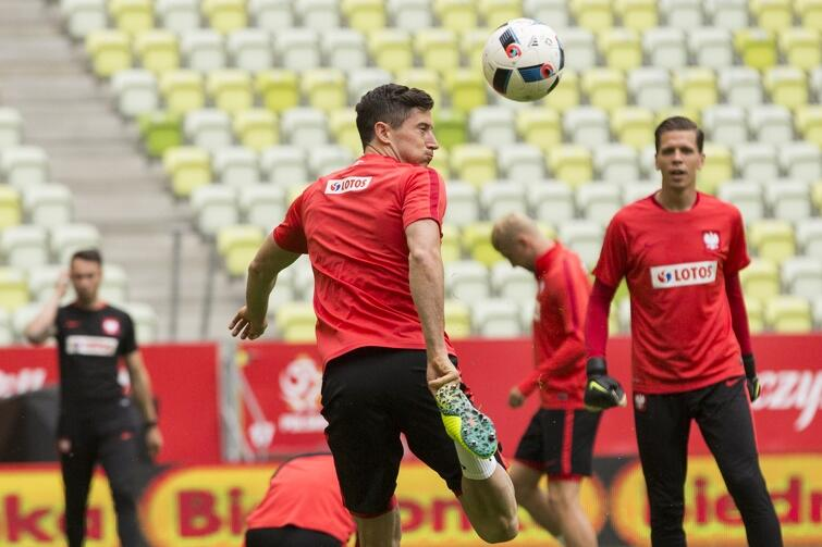Czerwiec 2016 roku, reprezentacja Polski podczas treningu na Stadion Energa Gdańsk przed towarzyskim meczem z Holandią. Robert Lewandowski (tyłem) i Wojciech Szczęsny