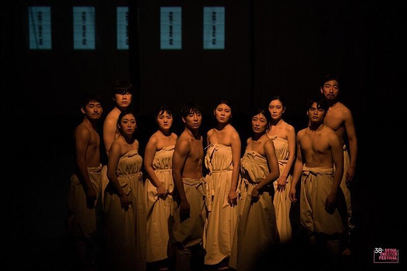 Spektakl 'Cho Hon' oparty jest o tradycyjne koreańskie obrzędy pogrzebowe