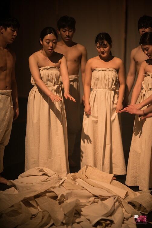 Powtarzane w przedstawieniu słowo 'aiko', którym żywi rozmawiają ze zmarłymi, narasta i tworzy orkiestrę złożoną z ludzkich głosów