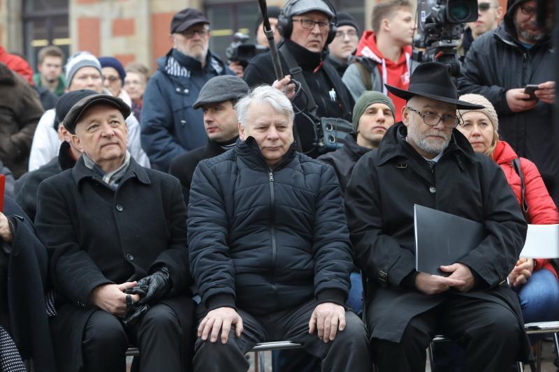 Nz. (od lewej) senator Antoni Szymański (PiS), Bogdan Borusewicz, wicemarszałek Senatu RP (PO) i Michał Samet, przewodniczący Gminy Wyznaniowej Żydowskiej w Gdańsku