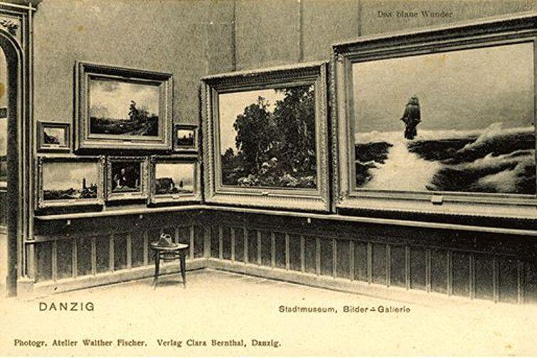 Kartka pocztowa z początku XX wieku z przedstawieniem galerii malarstwa w Muzeum Miejskim