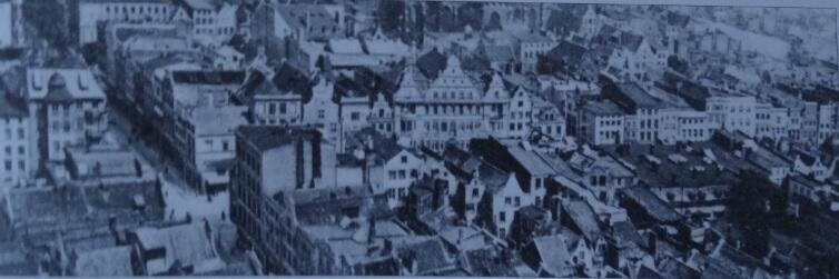 """Ulica Szeroka od skrzyżowania z Groblą (po lewej) w kierunku Żurawia, w budynku widocznym pośrodku miał swoją siedzibę koncern wydawniczy """"Danziger Neueste Nachrichten"""""""