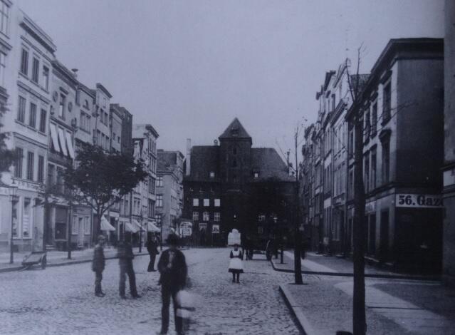 """Widok ulicy w kierunku Żurawia; nie ma jeszcze linii tramwajowej, ale pod numerem 56 jest redakcja """"Gazety Gdańskiej"""""""