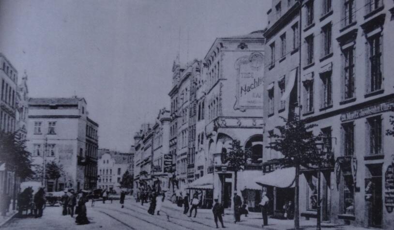 Widok ulicy Szerokiej w kierunku Targu Drzewnego; zdjęcie zrobione kilkadziesiąt lat przed wędrówką, którą podejmuje autor