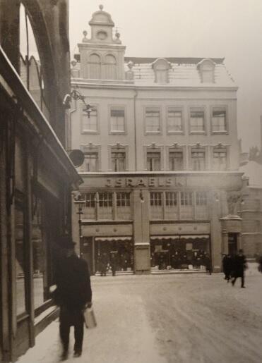 Sklep konfekcyjny Luisa Israelskiego; patrząc z ulicy Węglarskiej, widzimy sklepowe wystawy wychodzące na ulicę Szeroką; lata trzydzieste XX w.