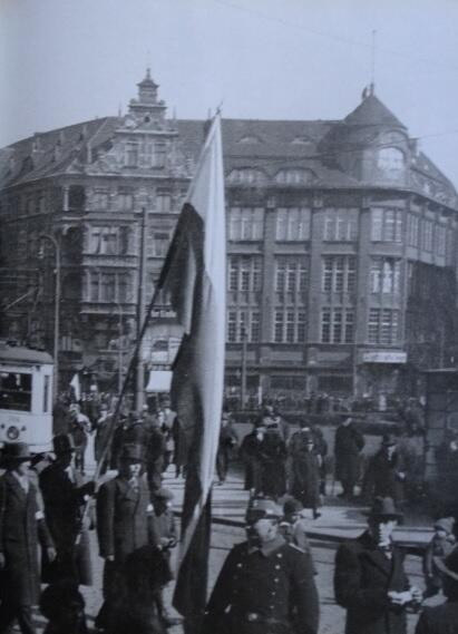 Budynek Kasy Oszczędności na rogu Szerokiej i Tagu Drzewnego; widok od strony Targu; 1935