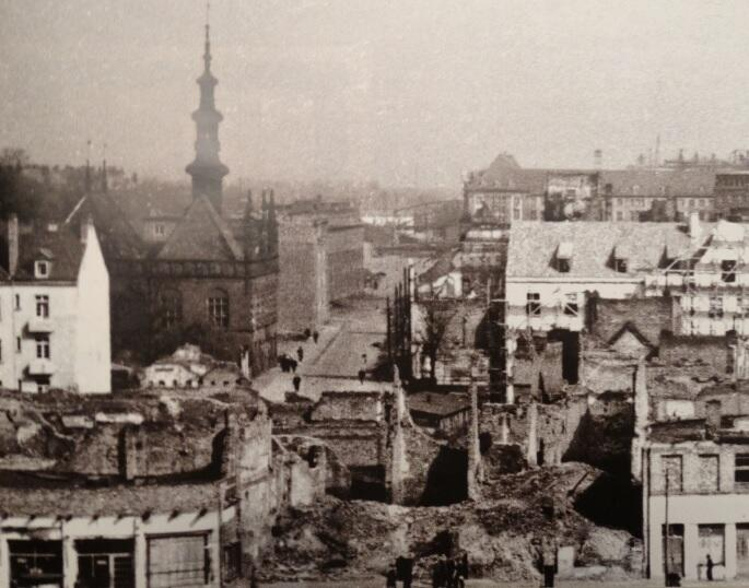 Widok na ulicę Korzenną, lata 50. XX w.; w głębi po prawej stały domy Heweliusza