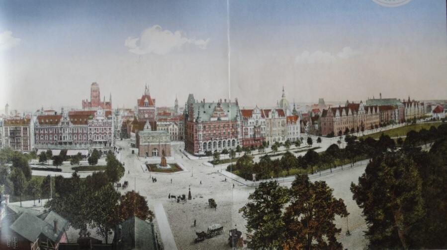 """Połowa panoramy obejmująca widok od hotelu """"Danziger Hof"""" po kościół Świętej Trójcy"""