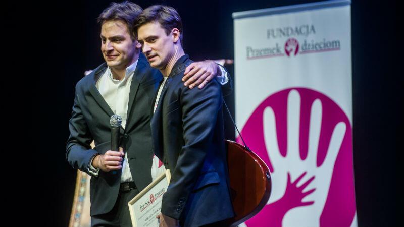 Założyciel Fundacji Przemek Szaliński oraz aktor Mateusz Damięcki podczas ubiegłorocznego koncertu z okazji 10-lecia fundacji