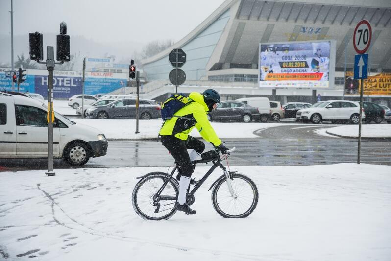 Rowerzysta w okolicach hali Olivia, 5 lutego 2018 r.