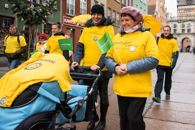 Starsi, młodsi, mamy, bacie, wnuki - MOPR poszukuje ludzi z otwartym sercem i chęcią niesienia pomocy. Na zdjęciu: akcja propagowania wolontariatu w Gdańsku